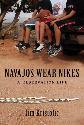9780826349477: Navajos Wear Nikes: A Reservation Life