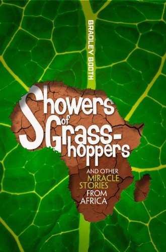 9780828026536: Showers of Grasshoppers and Other Miracle Stories from Africa