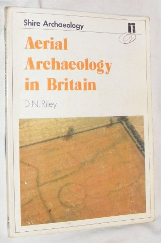 9780852635926: Aerial Archaeology in Britain (Shire archaeology)