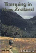 9780864420763: Tramping in New Zealand (Lonely Planet Walking Guide)