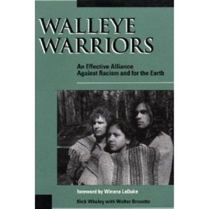 9780865712560: Walleye Warriors: An Effective Alliance Against Racism and for the Earth