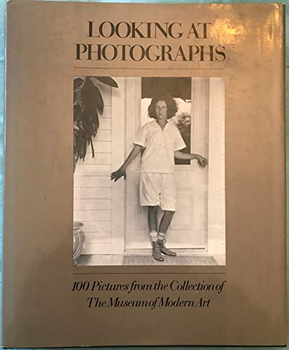 9780870705144: Looking at photographs;: 100 pictures from the collection of the Museum of Modern Art,
