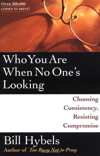 9780877849452: Who You Are When No One's Looking: Choosing Consistency, Resisting Compromise
