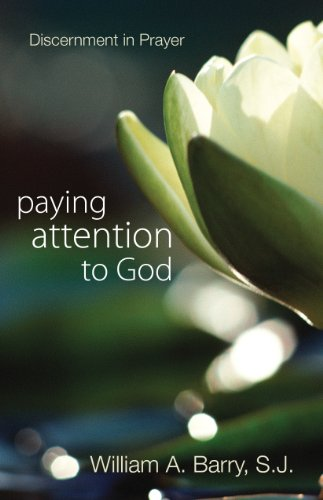 9780877934134: Paying Attention to God: Discernment in Prayer
