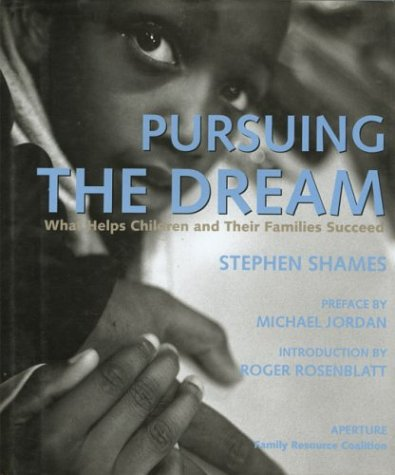 9780893817282: Pursuing the Dream: What Helps Children and Their Families Succeed