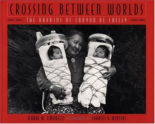 9780933452497: Crossing Between Worlds: The Navajos of Canyon de Chelly