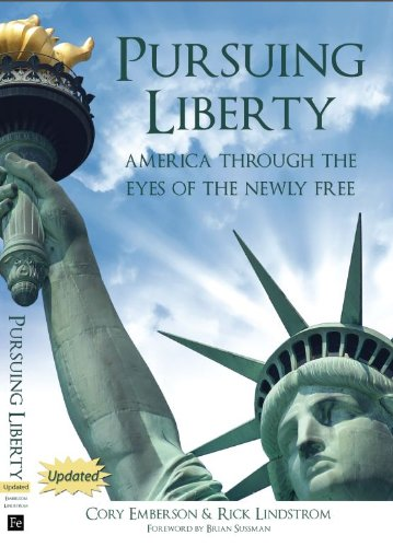 9780982696620: Pursuing Liberty: America Through the Eyes of the Newly Free (Updated)