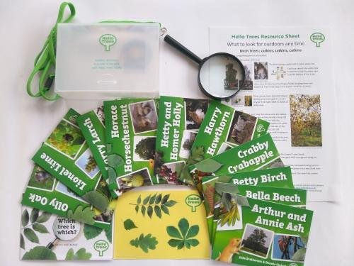 9780992799441: Hello Trees Explorer Kit: Set of 10 Hello Trees Books in Sturdy Carry Case with Shoulder Strap, Magnifying Glass, Tree Identification Chart and Stickers