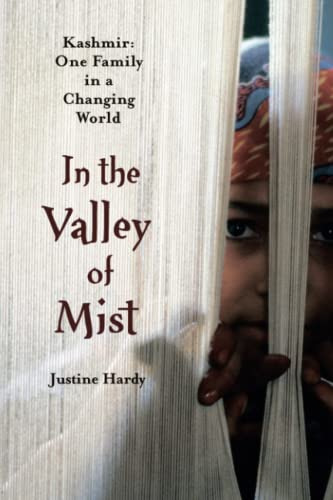 9781476745756: In the Valley of Mist: Kashmir: One Family In A Changing World