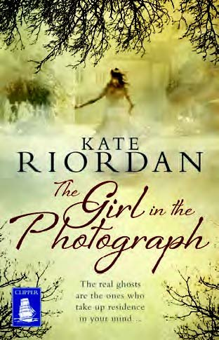 9781510003385: The Girl in the Photograph (Large Print Edition)