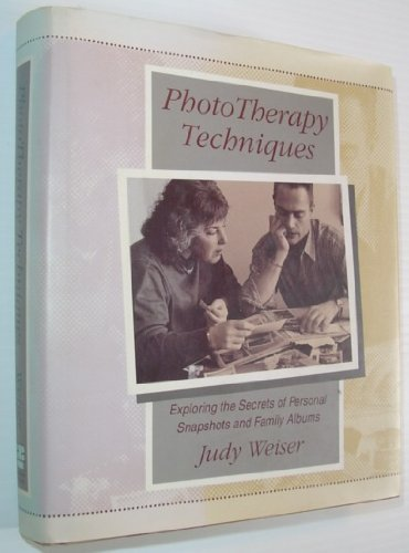 9781555425524: Phototherapy Techniques: Exploring the Secrets of Personal Snapshots and Family Albums