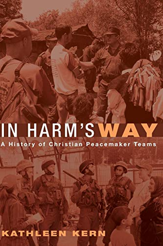 In Harm's Way: A History of Christian Peacemaker Teams (Paperback): Kathleen Kern