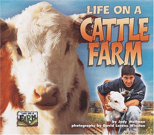 9781575055169: Life on a Cattle Farm (Life on a Farm)