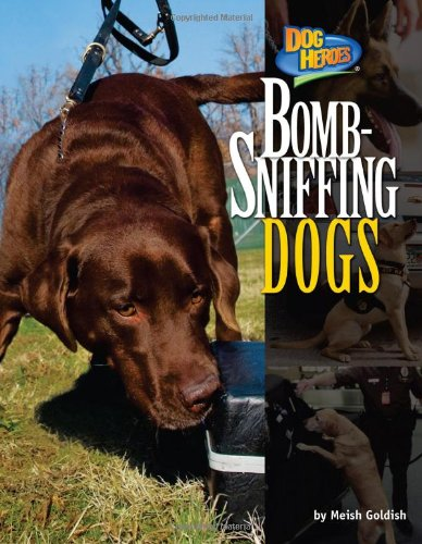 9781617724558: Bomb-Sniffing Dogs (Dog Heroes)