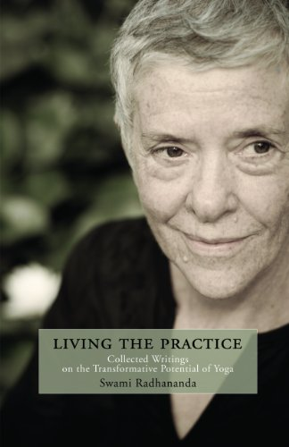 9781932018370: Living the Practice: Collected Writings on the Transformative Potential of Yoga