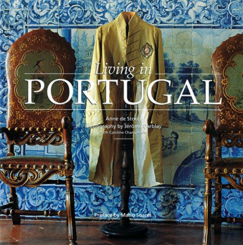 9782080304858: Living in Portugal (New Edition)