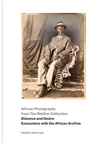 9783869306513: Distance and Desire - Encounters With the African Archive: African Photography from the Walther Collection