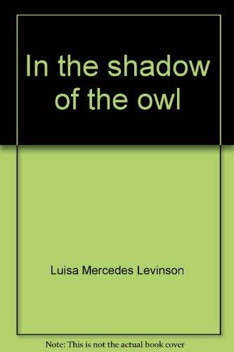 9788434549562: In the shadow of the owl (Letras de oro)