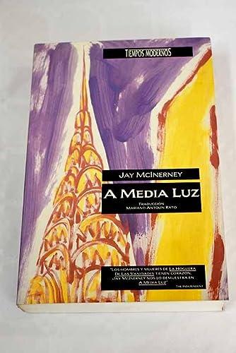 A media luz.: McInerney, Jay.