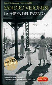 9788846208545: La forza del passato (Superpocket. Best seller)