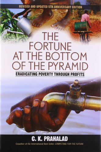 9789332518926: FORTUNE AT THE BOTTOM OF THE PYRAMID